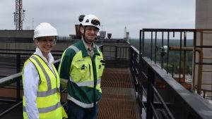 Mari Kalmari och Henry Sammalniemi jobbar på Fortum. Här står de på kolkraftverkets tak.