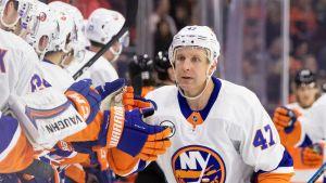 Leo Komarov firar efter mål för New York Islanders.