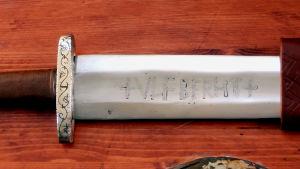 Säiläkirjoitettu miekka
