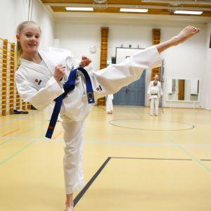 Emma Johansson övar taekwondo.