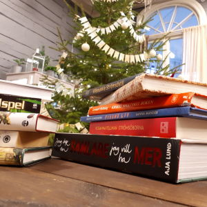 En hög med böcker, bokryggarna syns.