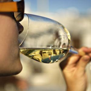 Kvinna dricker vitt vin