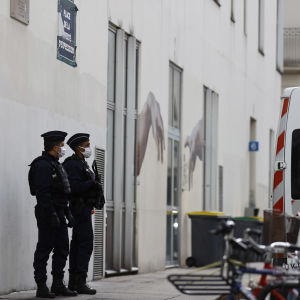 Poliser vaktar utanför Charlie Hebdos tidigare kontor i Paris 26.9