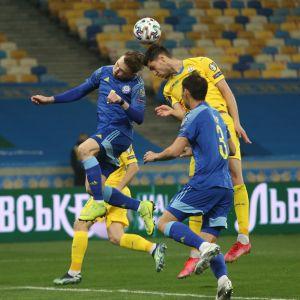 Ruslan Valiullin puskee palloa.