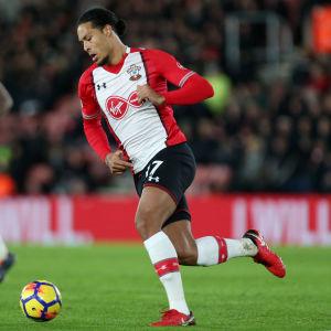 Virgil van Dijk flyttar från Southampton till Liverpool.