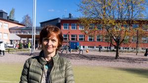Rektor Anne Smolander ute på skolgården.