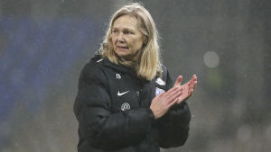 Anna Signeul applåderar efter seger.