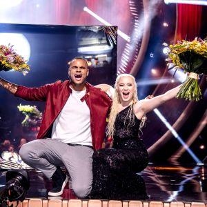 Mohombi och Wiktoria poserar med blombuketter efter Melodifestivalens första deltävling 2019.