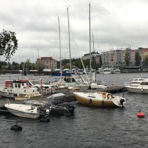 Veneitä laiturissa Savonlinnassa.