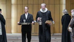 Karaktärerna Svend och Johannes omringade av folk.