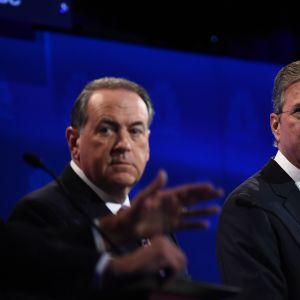 Från vänster John Kasich, Mike Huckabee och Jeb Bush under presidentvalsdebatten den 28 oktober.