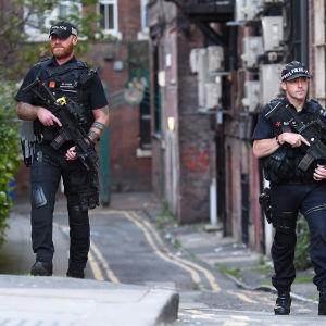 Beväpnad polis patrullerade centrum av Manchester på tisdagen. 24.5.2017.