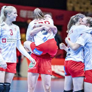 Det blev vilt danskt firande i Herning efter den säkrade semifinalplatsen.