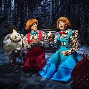 Hans och Greta tillsammans med katten Jennifer i Svenska Teaterns uppsättning.