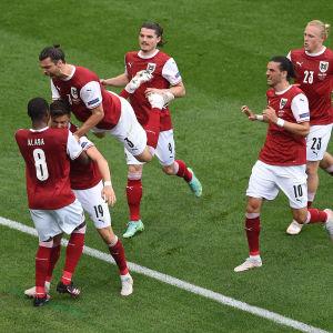 Österrikes spelare jublar.