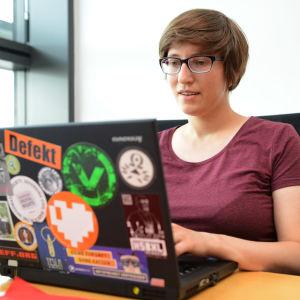 Tyska EU-parlamentarikern Julia Reda sitter vid sin bärbara dator på arbetsrummet i Strasbourg.