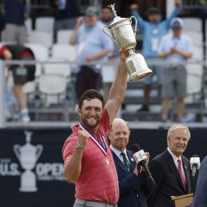 Jon Rahm juhlii US Openin voittoa.