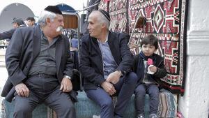 Äldre judiska herrar i samspråk i El Ghribasynagogan på Djerba under Lag Baomer 2018.