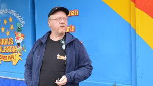 en äldre man står vid Sirkus Finlandias kiosk för biljettförsäljning