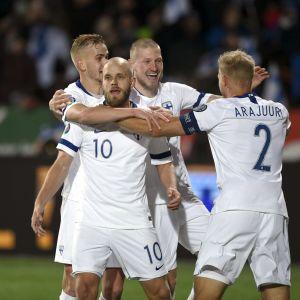 Finland firar mål.