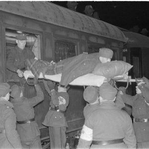 2.1.1940 Sairasjunaa puretaan Savonlinnan asemalla.