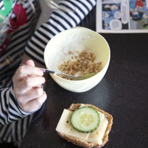 lapsi syö aamupalaa