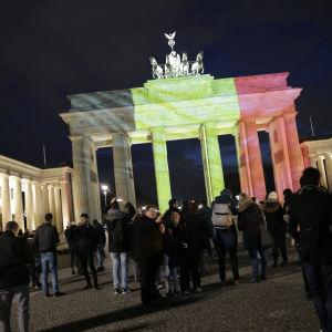 Brandenburger Tor i Berlin i Belgiens färger den 22.3.2016.