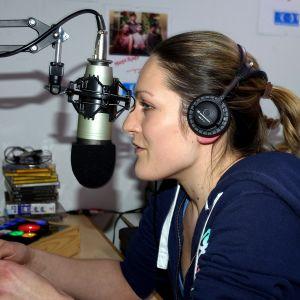Kvinna i radiostudio.