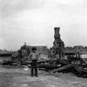 Vanha valokuva tulipalossa tuhoutuneista taloista