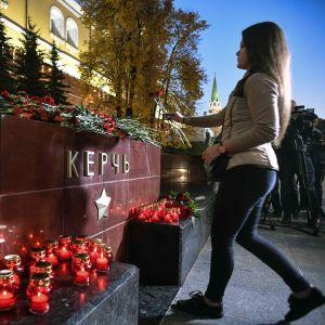 Människor i Kertj har lagt blommor och ljus vid stadens minnesmärke för andra världskrigets offer för att hedra offren för skolskjutningen.