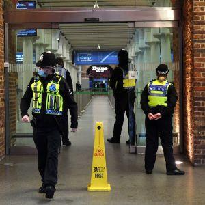 Poliisi vartioi Eurostar-junan terminaalia Lontoossa 21.12.2020. Eurostar on ilmoittanut, ettei se pysty ajamaan junia Lontoosta Pariisiin, Brysseliin, Lilleen tai Amsterdamiin normaaliin tapaan.