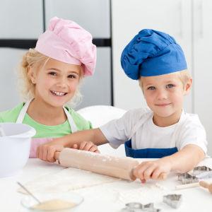 Två barn lagar mat.