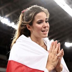 Maria Andrejczyk firar med den polska flaggan.