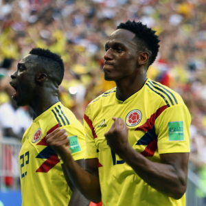 Carlos Sanchez och målskytten Yerry Mina jublar efter segern över Senegal.
