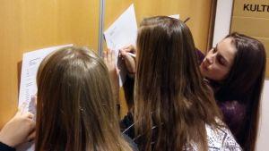 Michelle Ekholm, Jenny Björklund och Malin Zetter hjälptes åt att fylla i alla blanketter rätt.