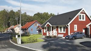Trähus byggda bredvid varandra i ett småhusområde.