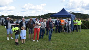Publik som följer med drönarflygning på Torbacka flygfält i Degerby