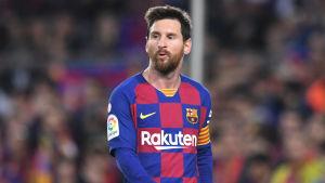 Lionel Messi går och ropar.