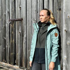 Fd. sprintern Jonna Skrifvars står framför en lada.