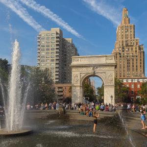 Washington Square Park i New York. Parken fungerar också som campusområden för studenter vid New York University (NYU).