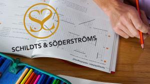 Skolbänk med schildts och söderströms logo på
