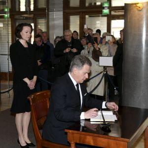 Republikens president Sauli Niinistö skriver i avlidne presidenten Mauno Koivistos kondoleansbok i Presidentens slott i Helsingfors den 16 maj 2017.