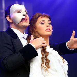 En manlig skådespelare till vänster och en kvinnlig till höger.
