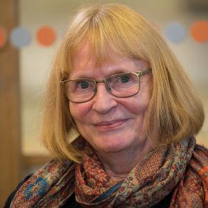 IT-handledaren Siv-Britt Höglund tittar in i kameran.