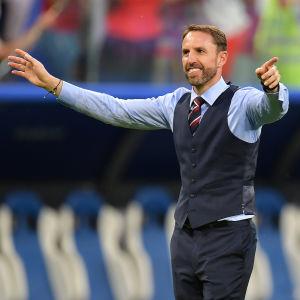 Gareth Southgate klär upp sig inför match.