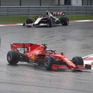 Sebastian Vettel kör framför Charles Leclerc.