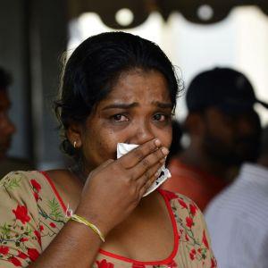 Kvinna sörjer offer för terrorattentaten i Sri Lanka.
