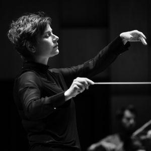 kuvassa kapellimestari Anja Bihlmaier