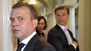 Petteri Orpo med Antti Häkkänen i bakgrunden.
