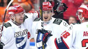 Juho Keränen och Eero Teräväinen firar mål för HIFK.